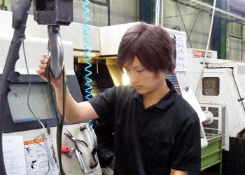 NC旋盤担当の内村さんの写真